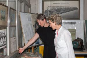 Erste Bürgermeisterin Almut Cobet und Baubürgermeisterin Eva Noller vor dem Modell des Boehringer Areals