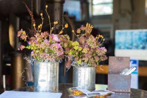 Blumen auf einem Stehtisch zur Begrüßung