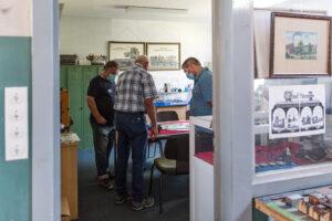 Gruppe von Besuchern im Gespräch