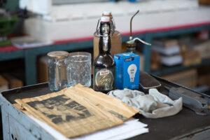 Historische Bierflasche und Zeitung
