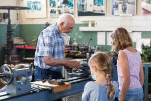 Kinder an der Drehmaschine mit Herrn Böhringer