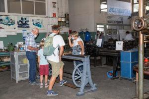 Besucher an der Drehmaschine mit Herrn Böhringer